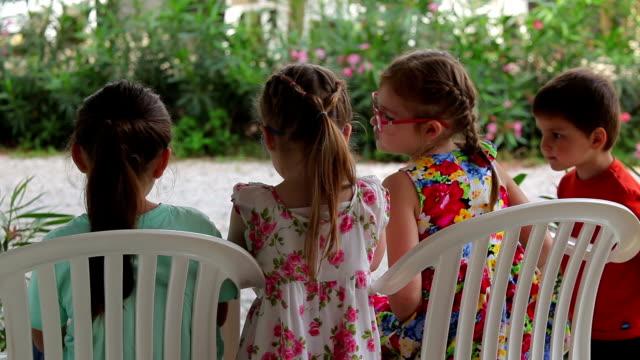 bambina abbracciare sua sorella - brent video stock e b–roll