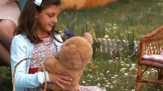 vídeos de stock, filmes e b-roll de menina abraçando urso de pelúcia - agradecimento