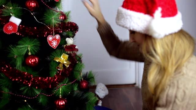 セーターやサンタさんの帽子の女の子 - サンタの帽子点の映像素材/bロール