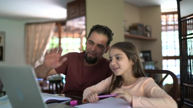 girl in a virtual class with father support - didattica a distanza video stock e b–roll