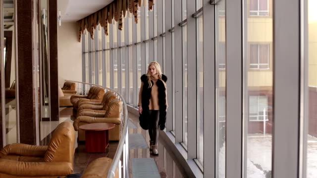 flicka i svart päls promenader i flygplats lobby - päls textil bildbanksvideor och videomaterial från bakom kulisserna
