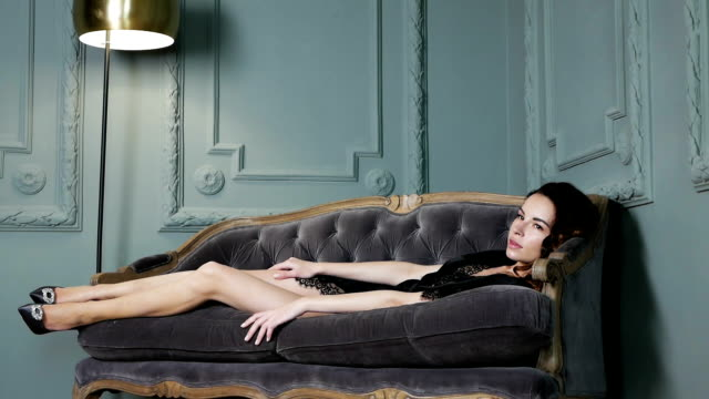 fille en lingerie noire assis - Vidéo