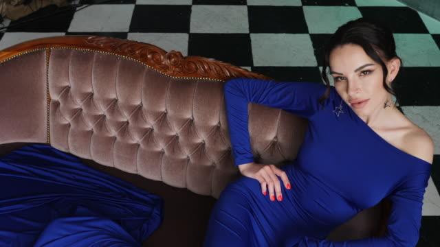 flicka i blå lång klänning som ligger på en gammal soffa - aftonklänning bildbanksvideor och videomaterial från bakom kulisserna