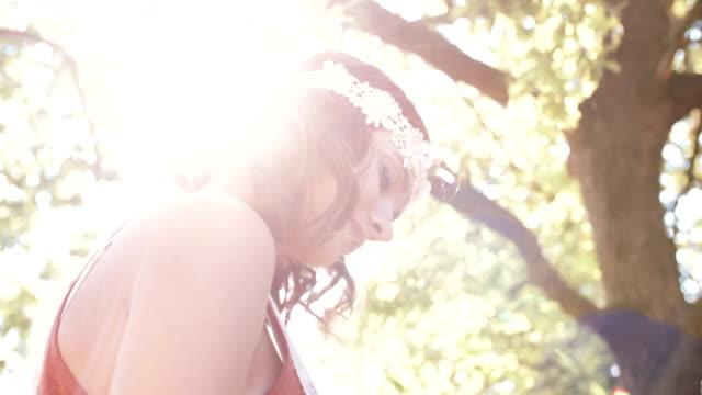 девушка улыбается в богемной моды в парк - аксессуар для волос стоковые видео и кадры b-roll