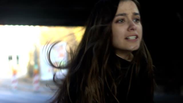 vídeos de stock, filmes e b-roll de menina no desespero que olha o ladrão que funciona afastado com sua defesa do self da bolsa, crime - autodefesa