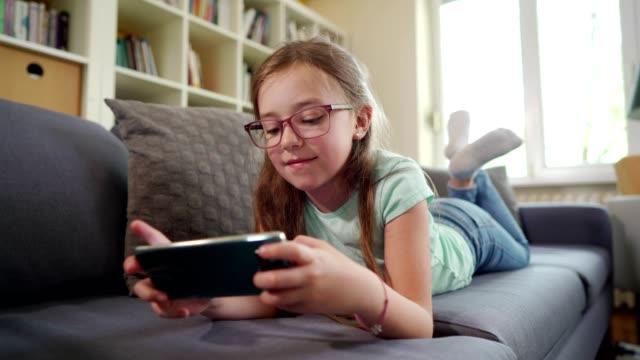 девушка в цифровом мире - предподростковый возраст стоковые видео и кадры b-roll