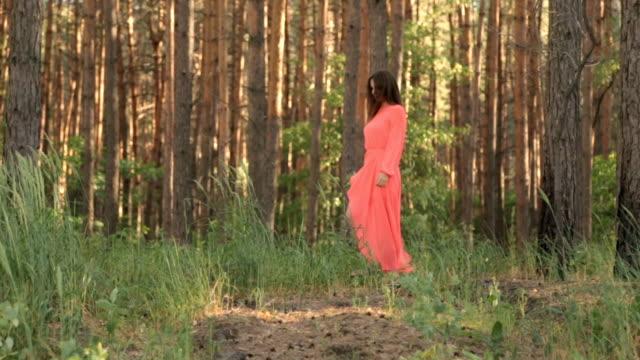 flickan i frack i röd färg i skogen - endast flickor bildbanksvideor och videomaterial från bakom kulisserna