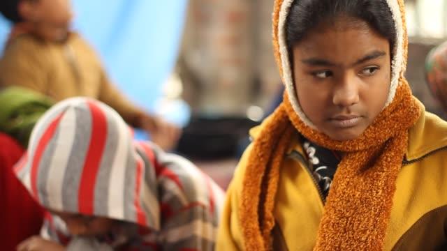 mädchen im indianerdorf schule hält um zu denken. - schulmaterialien stock-videos und b-roll-filmmaterial