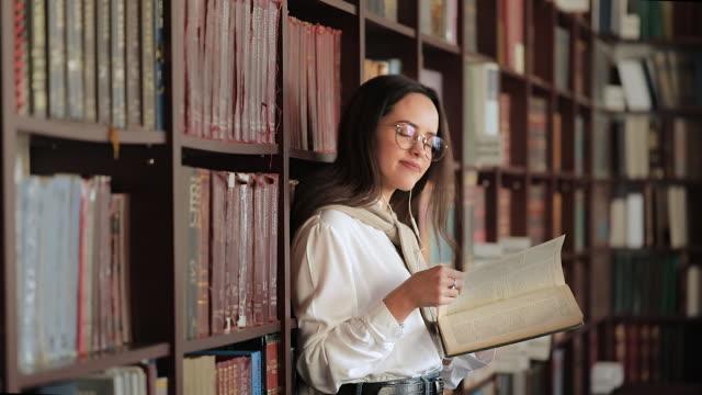stockvideo's en b-roll-footage met meisje in de bibliotheek - literatuur