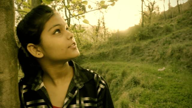 mädchen in der natur, die frische luft zu genießen. - himachal pradesh stock-videos und b-roll-filmmaterial