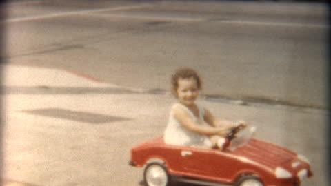 vidéos et rushes de fille en rouge voiture années 1960 - vintage