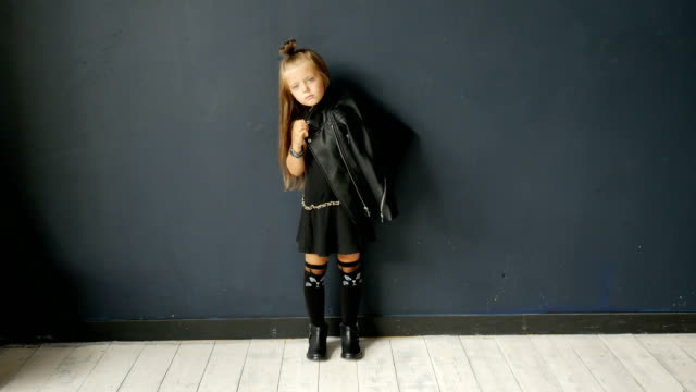 flicka i rocker stil - chain studio bildbanksvideor och videomaterial från bakom kulisserna
