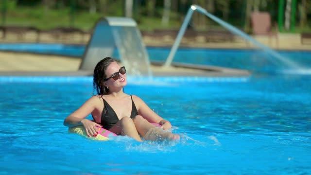 flicka i poolen på en uppblåsbar cirkel - inflatable ring bildbanksvideor och videomaterial från bakom kulisserna