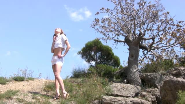 девушка в белая юбка на pine - юбка стоковые видео и кадры b-roll