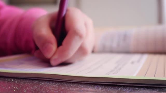 flicka gör läxor - linjerat papper bakgrund bildbanksvideor och videomaterial från bakom kulisserna