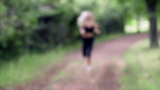 Eine Mädchen läuft im Park im Sommer – Video