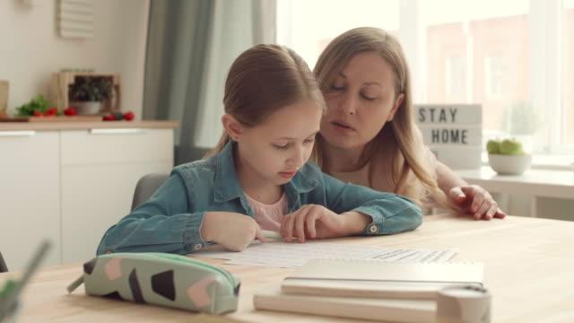 девушка учится дома - covid testing стоковые видео и кадры b-roll