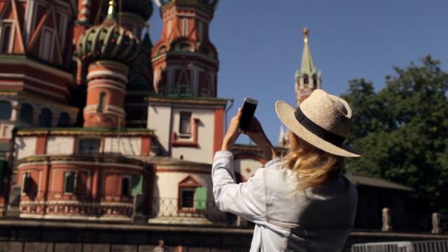 flickan tar bilder på telefonen templet i centrum av moskva - röda torget bildbanksvideor och videomaterial från bakom kulisserna