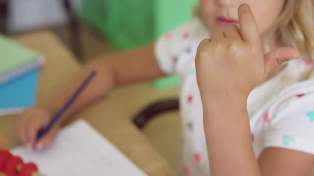 girl learning matematik på abacus vid bordet i ett bekvämt hem 4k - abakus bildbanksvideor och videomaterial från bakom kulisserna