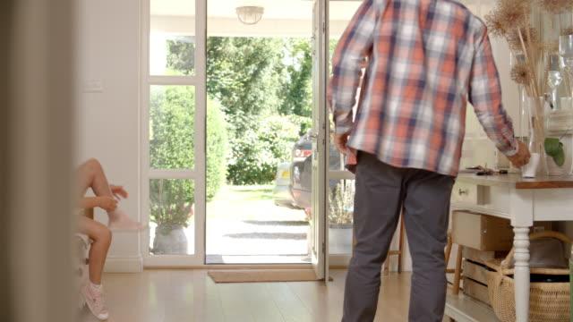 Salir de casa para la escuela con el padre de la niña - vídeo