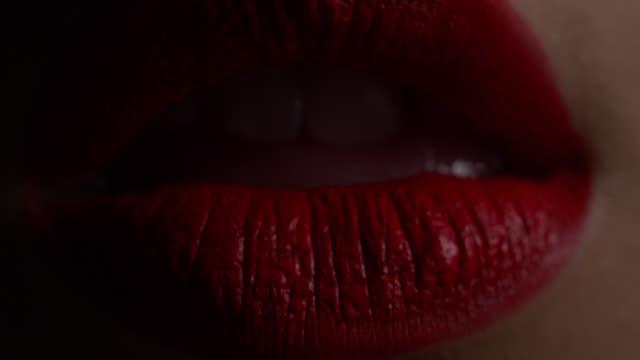 vidéos et rushes de lèvres de fille. vidéo de mode. - rouge à lèvres rouge