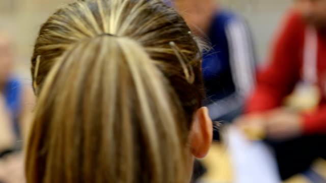 girl listening coach talking - trykot filmów i materiałów b-roll