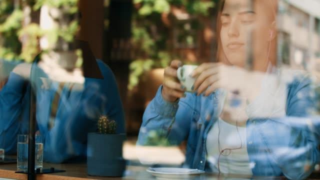 Mädchen aus dem Café Fenster – Video