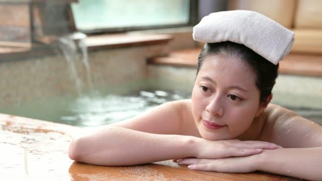 flicka liggande ner på vid poolen och lägga en handduk - japanese bath woman bildbanksvideor och videomaterial från bakom kulisserna