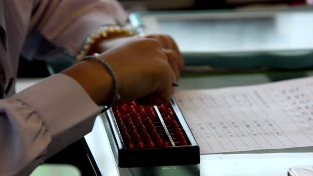tjejen gjort läxor beräkna matematik genom användning abacus - abakus bildbanksvideor och videomaterial från bakom kulisserna
