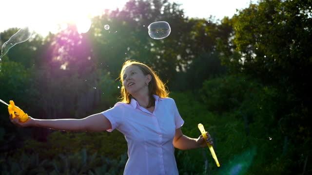 girl makes big bubbles - аксессуар для волос стоковые видео и кадры b-roll