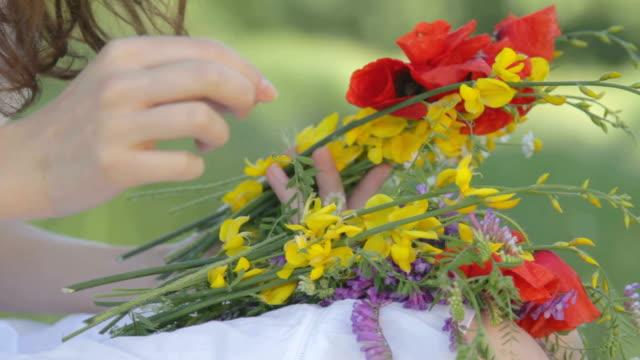 vídeos de stock e filmes b-roll de menina fazendo primavera ramo - granadilha