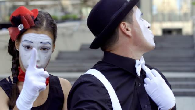 girl mime count to three at her fingers - гримировальные краски стоковые видео и кадры b-roll