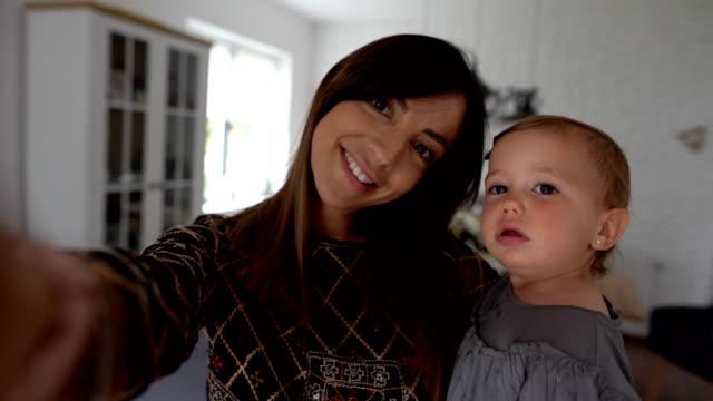 stockvideo's en b-roll-footage met pov van meisje moeder en babydochter die selfie nemen - alleenstaande moeder