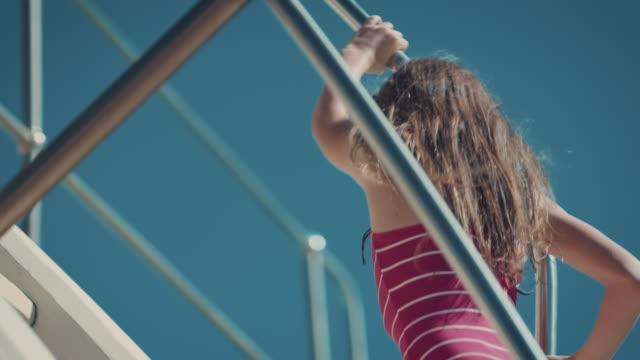 女の子 にダイビングボード - 勇気点の映像素材/bロール
