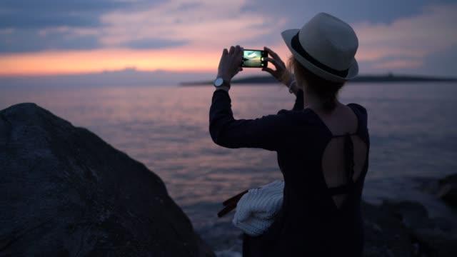 vidéos et rushes de fille sur des vacances d'été prenant des photos - photophone
