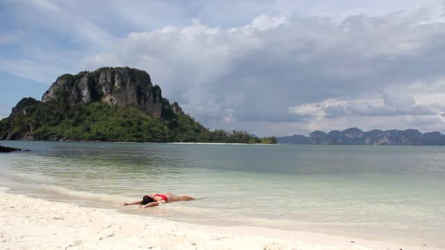 vidéos et rushes de fille sur la plage (hd - allongé sur le dos