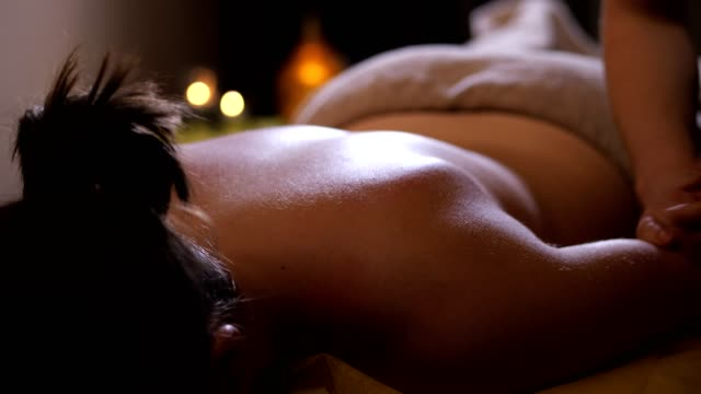 vídeos de stock e filmes b-roll de girl on the massage. masseuse massages the hand of the client. 4k slow mo - massajar