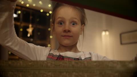 vidéos et rushes de fille ouvrir cadeau de noël - cadeau