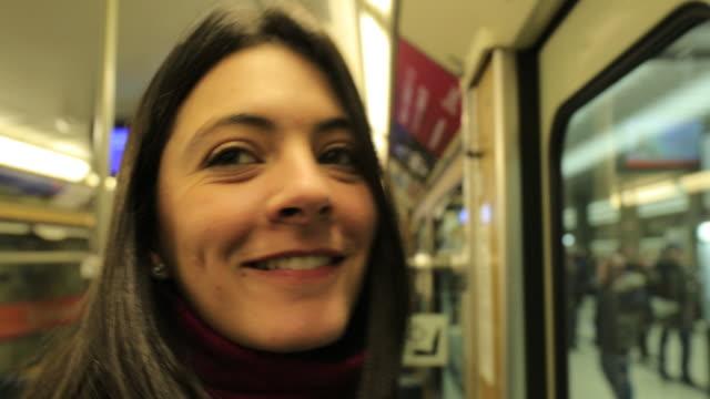 flickan öppnar metro subway vagn dörr - munich train station bildbanksvideor och videomaterial från bakom kulisserna