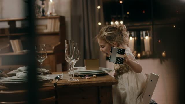 flicka öppettider finns på middagsbordet - christmas gift family bildbanksvideor och videomaterial från bakom kulisserna