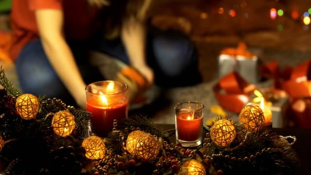 dziewczyna pakuje prezenty świąteczne. - drewno tworzywo filmów i materiałów b-roll