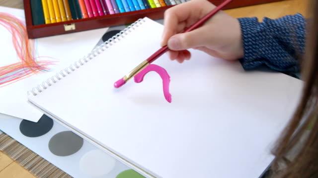 Garota Pintando um coração dia dos namorados-Dia das Mães, Dia dos Pais, Dia - vídeo