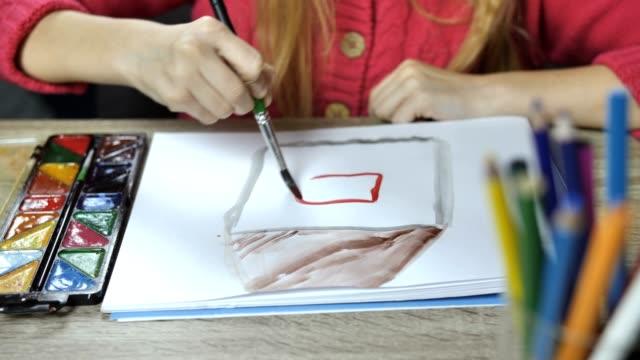 페인트 브러시와 페인트 다채로운 그림 소녀 - kids drawing 스톡 비디오 및 b-롤 화면