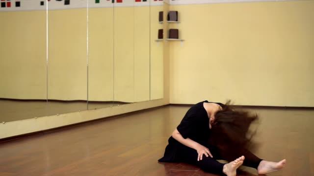 flicka utför samtida dans i ballroom - gympingdräkt bildbanksvideor och videomaterial från bakom kulisserna