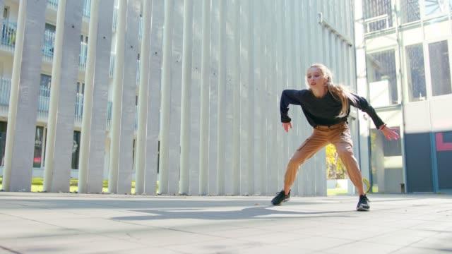 mädchen führt moderne hip-hop-tanz auf den straßen - schuhwerk videos stock-videos und b-roll-filmmaterial