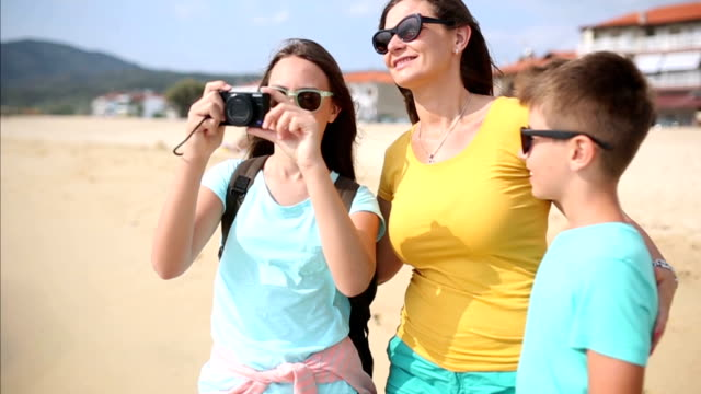 Girl photographed with his family on the beach video
