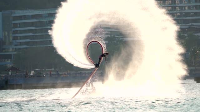 mädchen spielen fliegenbrett in zeitlupe - sprung wassersport stock-videos und b-roll-filmmaterial