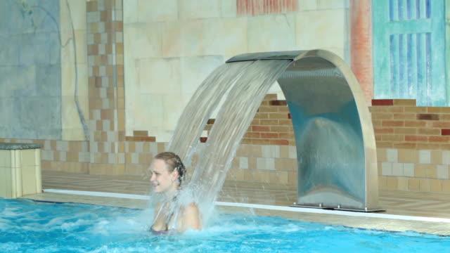 mädchen spielen in einem schwimmbad - sauna und nassmassage stock-videos und b-roll-filmmaterial