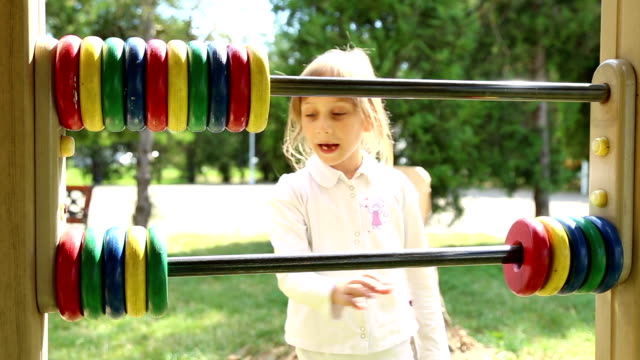 flicka som leker på lekplatsen med abacus - abakus bildbanksvideor och videomaterial från bakom kulisserna