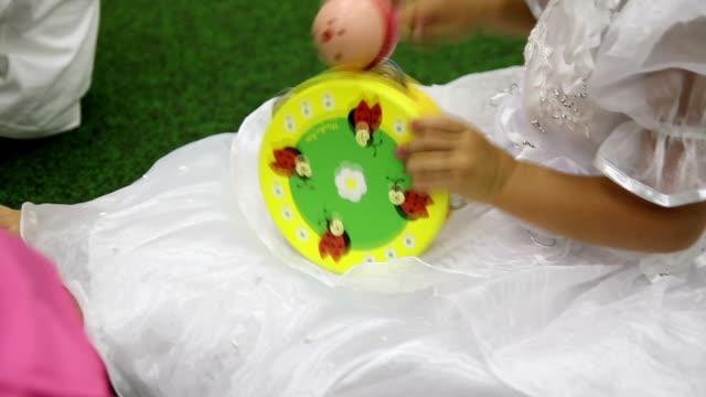 vidéos et rushes de fille jouant un tambourin - instrument à percussion